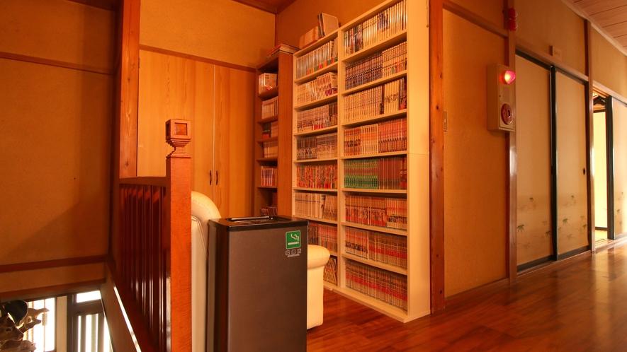 館内にある本棚には沢山の漫画本