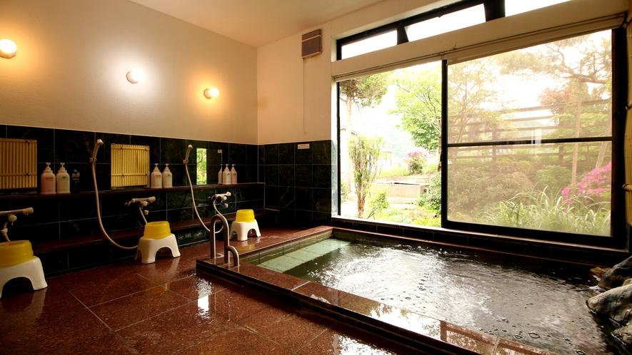 【男湯】庭を見渡しながらの~んびりと温泉浴