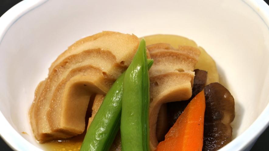 【夕食一例】車麩の煮物 しっかりとした味付けで、どこかホッとする味。