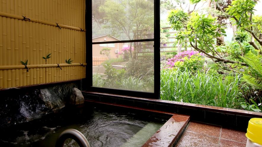 【女湯】少し小さめですがゆっくりと庭を見ながら温泉浴でリラックス