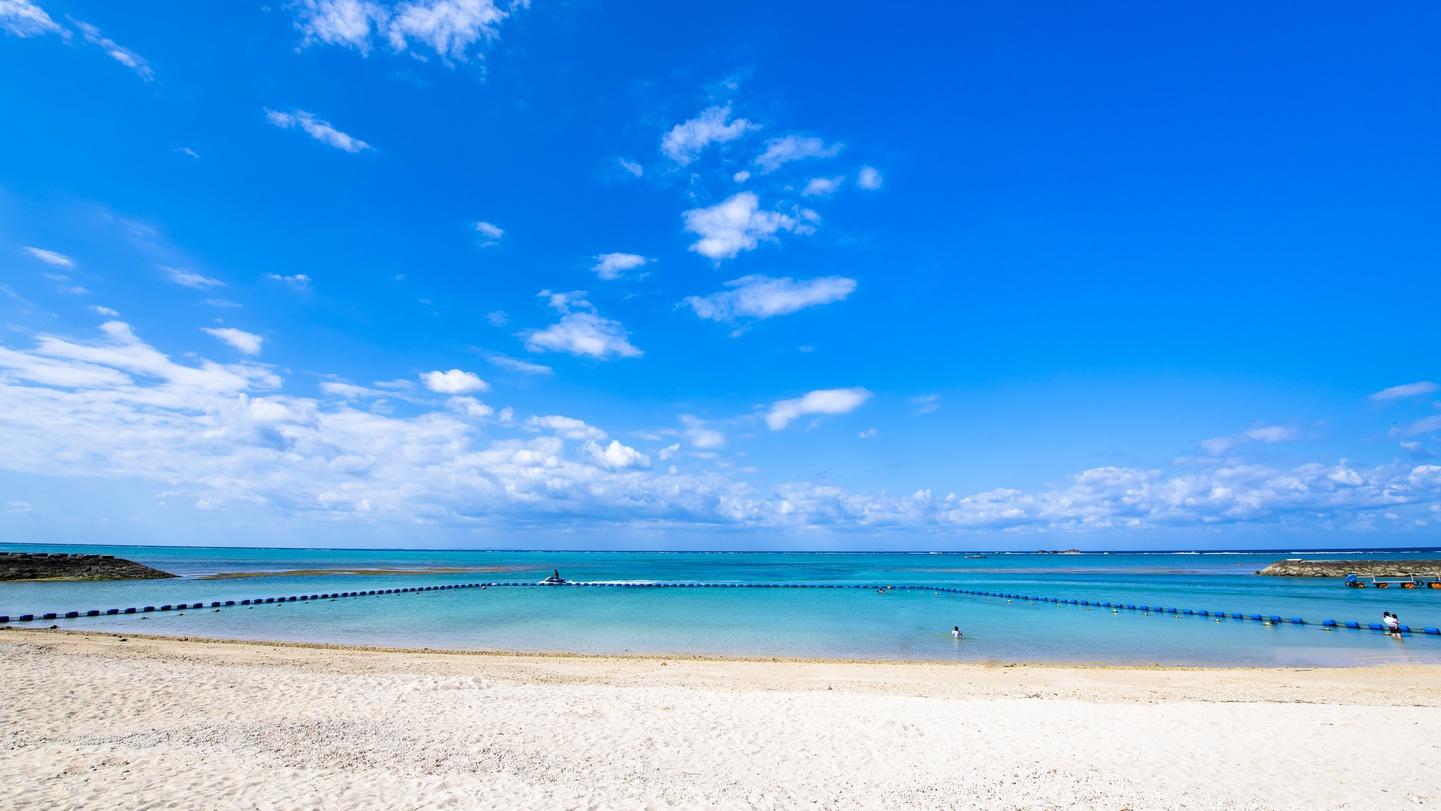 **残波ビーチ/当館からお車で10分!本島中部を代表する美しいビーチ。アクティビティも楽しめます。