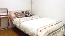 ・洋室のベッドルームにはセミダブルベッド1台を設置