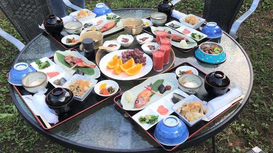 屋外で和朝食
