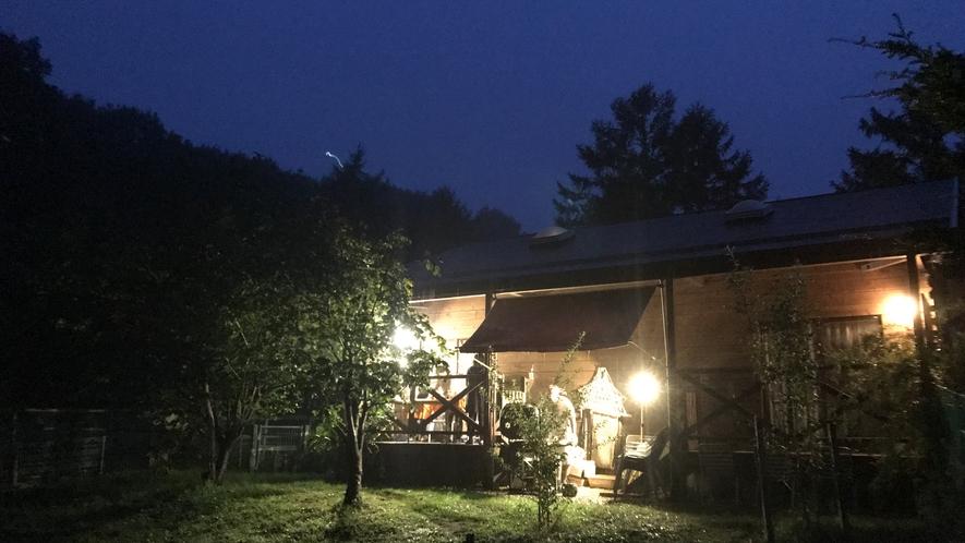 夜のコテージ