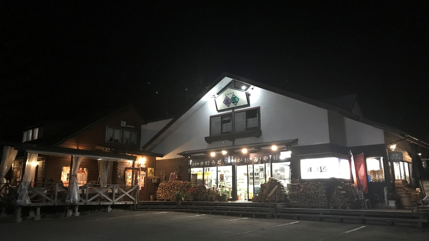 夜のレストランと売店
