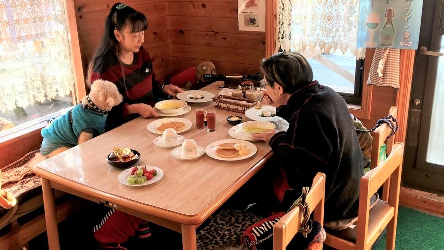 わんちゃんと一緒にレストラン内で朝食