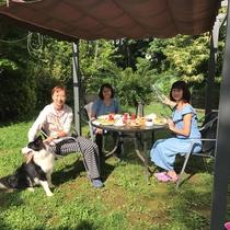天気のいい日はお庭で朝食