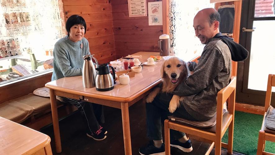 レストラン店内でペットと朝食