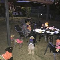 家族みんなで屋外食事