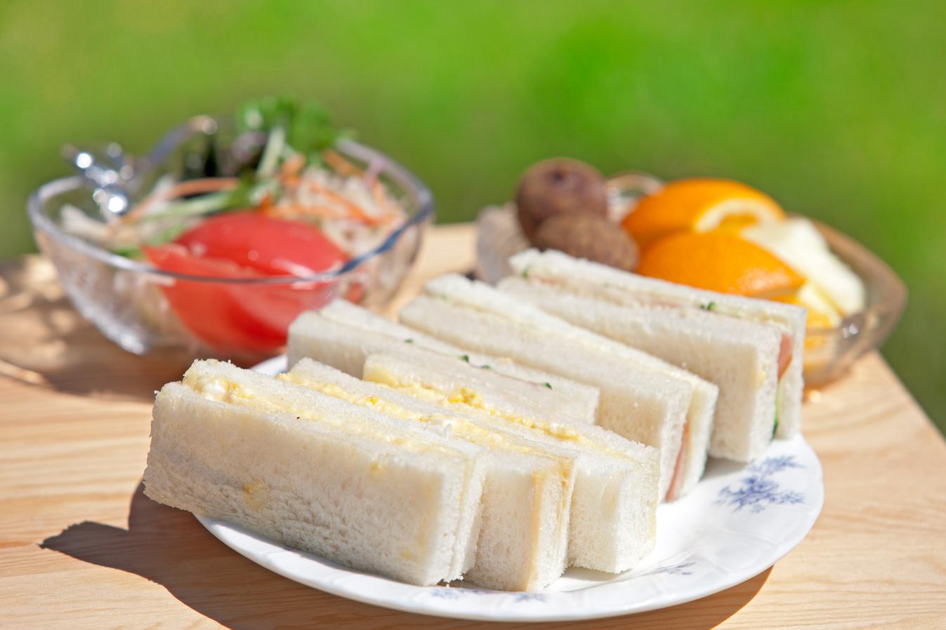朝食【洋食】サンドウィッチ・サラダ・フルーツ
