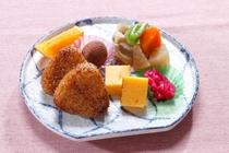 朝食【和食】焼きおにぎり、煮物、卵焼き、漬物、フルーツ