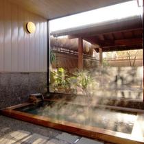 【婦人内湯】檜内風呂☆全面ガラス越しに露天を眺めながら