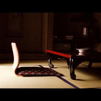 【禁煙室】日本庭園・石州瓦街並眺望の二間続き8+6畳寛ぎ和室