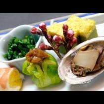 ★旬の厳選食材の懐石料理は当館自慢のお花を一品一品を摘むように創作です。旬の厳選食材でおもてなし