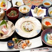 ★料理長おまかせの創作の懐石料理をお部屋食でおもてなしをさせていただきます