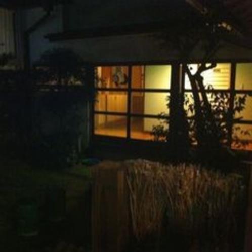 ★幻想的にライトアップされた館内の日本庭園に癒されます