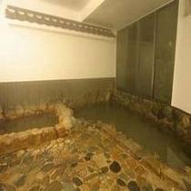 ★岩風呂(出雲・斐伊川の岩を使用しています。)。新岩風呂・石風呂・貸切風呂の3つの湯で癒しのひと時を