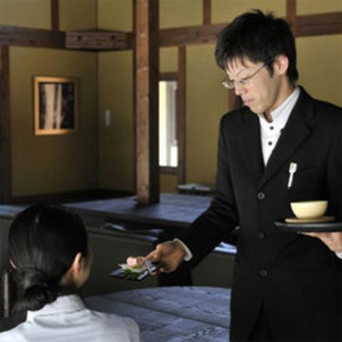 【お食事処】一品一品、お食事のペースに合わせてお出しします。