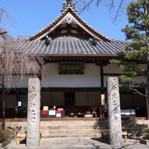 【念佛寺】当坊より徒歩5分。江戸時代中期の1712年に建立された本堂は有馬温泉郷最古の建築物です。