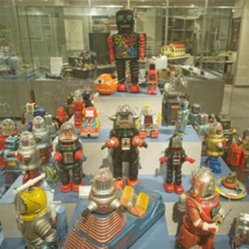 【有馬玩具博物館】当館から徒歩5分。懐かしいブリキのおもちゃも並んでおります。