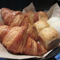 【朝食】毎朝、焼きたての5種類のパンをご用意致します。