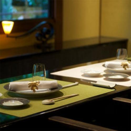 【お食事処】テーブルや調度品は落ち着いたトーンで統一しています。