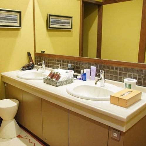 【洗面所】蛇口が2つあり、お忙しい出発前でも、ゆったりとお使いいただけます。