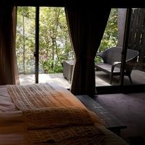 【ベッドルーム】天気の良い日には窓の外のバルコニーでゆっくりすることもできます。