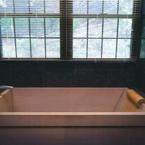 【メゾネット】客室檜風呂。湯浴みの醍醐味でもあります。