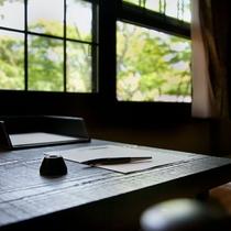 【洋室】木の柔らかく温かみのあるお部屋です。
