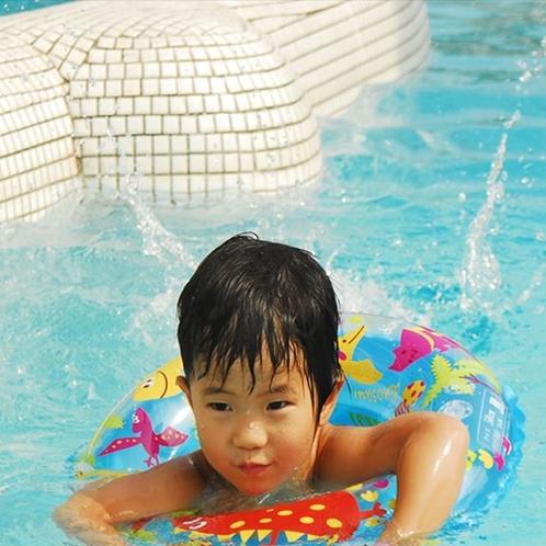 大人気プールは夏休み限定のお楽しみ!