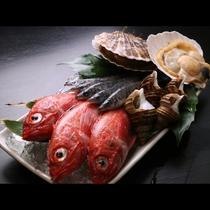 ◆市場で厳選した新鮮な海の幸。