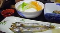 *朝食(一例)焼き魚やお浸しなど、和のおかずが並びます。