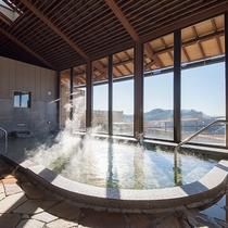 *ばんどうの湯(内湯)/内湯からも陽が差し込み、大きな窓から景色を一望できます。