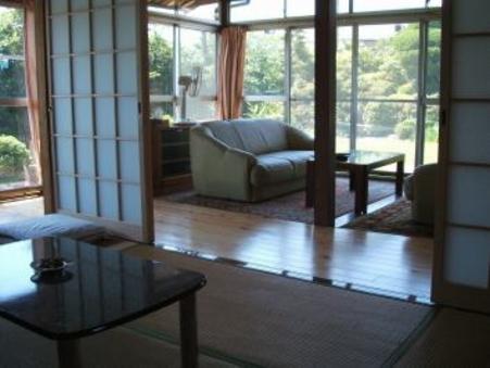 別館のお庭に面した六畳の和室+ソファーのある応接間スペース
