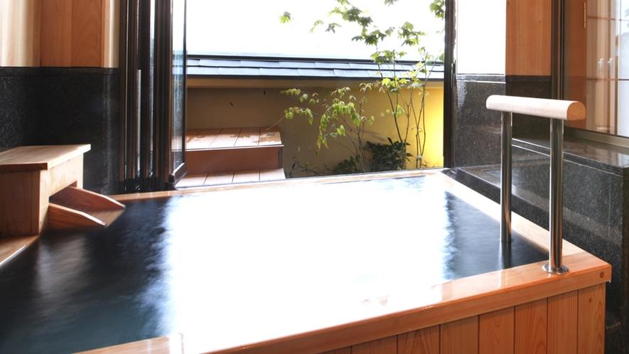 角閃石と檜の内風呂