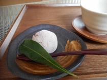 ご到着時はお部屋で季節のお菓子と緑茶でおもてなし