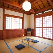 *和室8畳/統一感あるインテリアの和室8畳には最大3名様までお泊りできます。