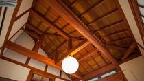 *和室8畳/高い天井には梁があり、開放感あふれる空間です♪