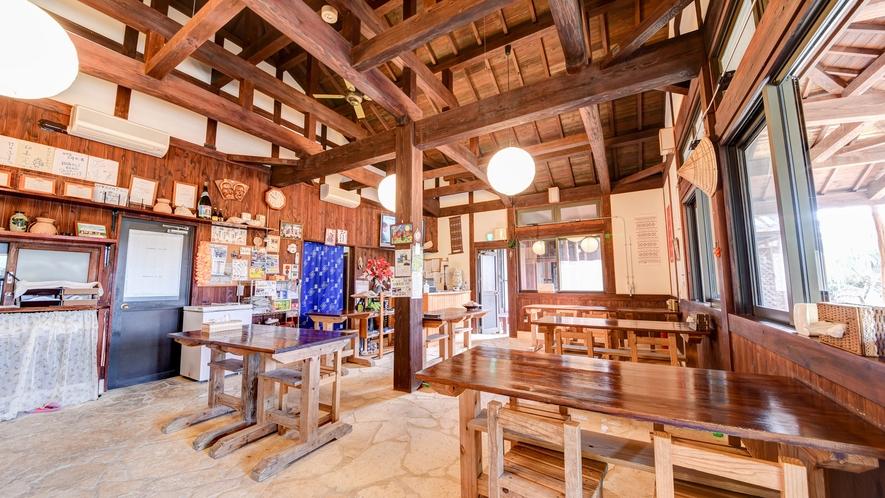 *お食事処:木造の温かみある食堂