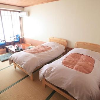 【禁煙】ベッド/1名〜3名(8畳・バストイレ付)