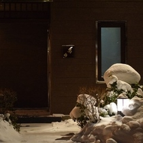 雪の中庭、温泉棟前