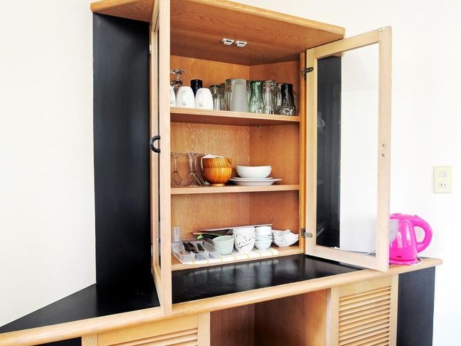 【和洋室メゾネットタイプ1F】食器類もバッチリ完備しています。