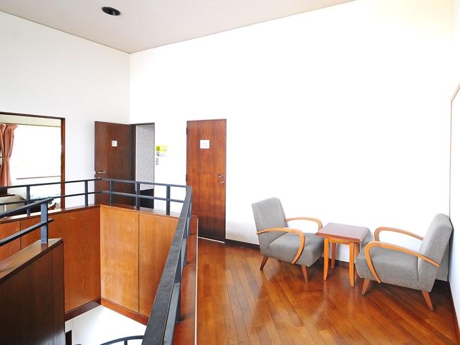 【廊下2F】お部屋の外には共用スペースもあります。
