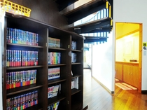 【共用スペース】階段下には本棚もございます。