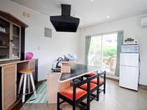 【和洋室メゾネットタイプ1F】キッチン・冷蔵庫・冷蔵庫・トースターを完備しています。