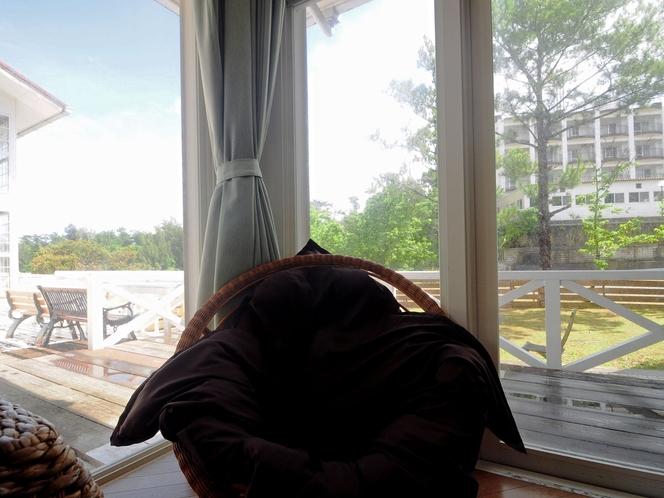 【共用リビング】窓から見える綺麗な景色に癒されます。