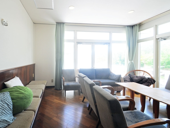 【共用リビング】大きな窓からは緑あふれる景色が見れます。
