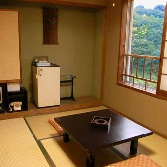 『山並みを望む6畳の和室』★(和式トイレ完備)