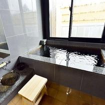 【客室風呂】〜浴室から坪庭をお楽しみいただけます。お風呂上がりに、坪庭におりる濡れ縁で涼むのも◎〜
